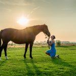 Uit mijn portfolio: vrouw met paard bij beginnende zonsondergang